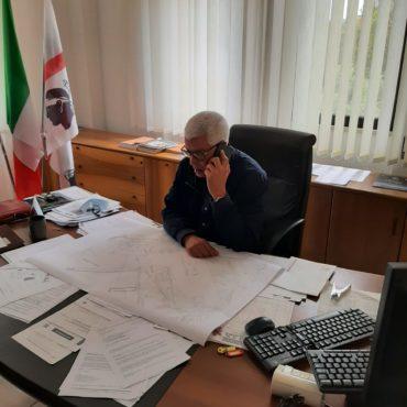 Fotografia del presidente alla scrivania